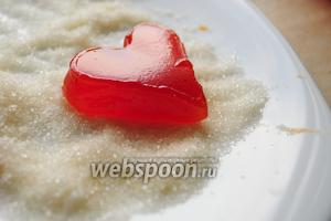 Для того чтобы сделать порционный мармелад, нужно разрезать его на кусочки или фигурки и присыпать сахаром со всех сторон.
