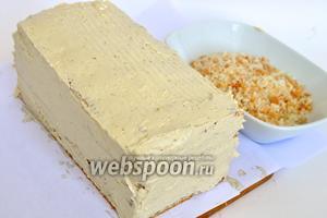 Покрыть кремом боковины торта.