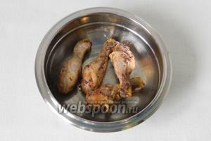 Готовое мясо достаем из бульона (бульон можно использовать в рис).