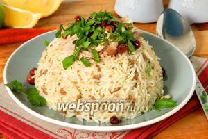 Для подачи блюда на большую тарелку высыпаем орешки, сверху мясо и закрываем рисом. Переворачиваем на блюдо и подаём, посыпав зеленью. Или же можно подать порционно в обратном порядке. Приятного аппетита!