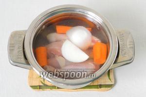 Курицу складываем в кастрюлю, добавляем морковь, половину луковицы, соль, корицу. Варим до полной готовности.