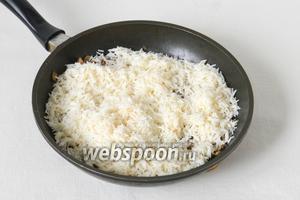 Когда фарш готов, высыпаем подготовленный рис.