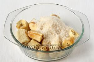 Бананы очистить от кожуры. Соединить с сахаром. Размять вилкой.