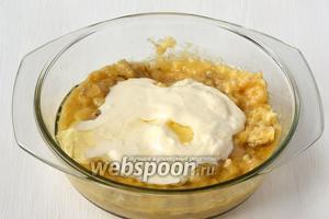 Добавить в банановую смесь яйца, сметану, подсолнечное масло.