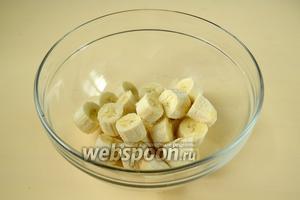 Бананы очищаем и нарезаем кусочками, удобными для измельчения.