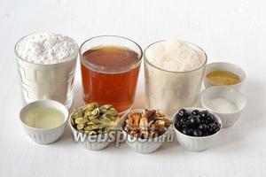 Для приготовления пирога нам понадобится сахар, мука, 1 стакан чая, мёд, разрыхлитель, грецкие орехи, семечки тыквенные, подсолнечное масло.