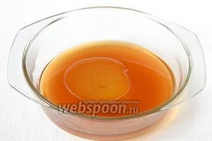 Соединить горячий чай, сахар, мёд и подсолнечное масло.