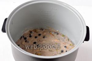 Выложить тесто в смазанную растительным маслом чашу мультиварки (у меня мультиварка Polaris).