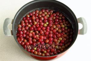 В образовавшийся сироп положить вынутые из отвара ягоды.