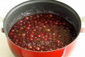 Поварить ягоды около 12 минут (не более), считая от начала закипания.