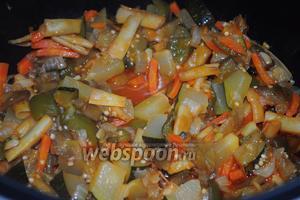 Как только сигнал прозвучит — овощное рагу в томатном соусе готово, его можно подавать как горячим, так и холодным на ваше усмотрение.