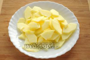 Яблоко очищаем от кожицы и сердцевины, нарезаем тонкими ломтиками.