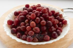 Крыжовник следует промыть и отделить от плодоножек и чашелистиков.