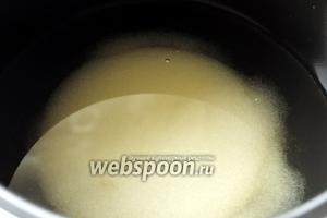В чашу мультиварки (у меня Brand 502) заливаем 3 стакана воды и размешиваем в ней 1 стакан сахара. Включаем режим «варка на пару» (он поддерживает температуру в 100 градусов).