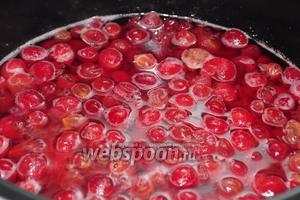 Добавляем оставшиеся 4 стакана сахара и начинаем уваривание на любом режиме, поддерживающем температуру не ниже 100 градусов.