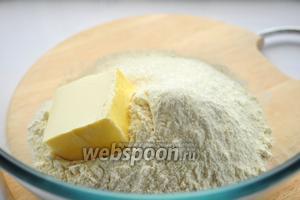 Соединяем в миске маргарин, муку, соль, сахар и ванилин.