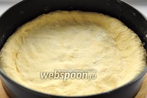 В присыпанную мукой форму для запекания выкладываем остывшее тесто, намечая бортик (сделайте его повыше, для того чтобы сливовый сок не вытекал при выпекании).