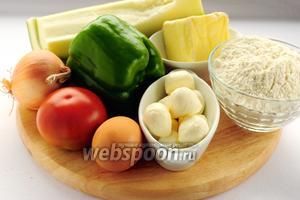 Для приготовления песочного пирога с овощами вам понадобятся: мука, маргарин, яйца, соль, прованские травы, кабачок, лук, перец, помидор, сыр моцарелла и масло для жарки.