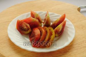 Половину помидора нарезаем вдоль, другую — поперёк.