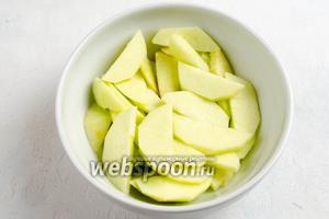 Яблоки помыть, почистить, нарезать дольками, взбрызнуть лимонным соком.