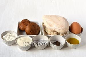 Для приготовления деруна с начинкой нам понадобится картофель, куриное филе, яйцо, сметана, лук, соль, перец, подсолнечное масло, мука.