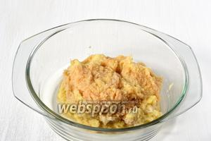 Картофель очистить и измельчить на мелкой тёрке.