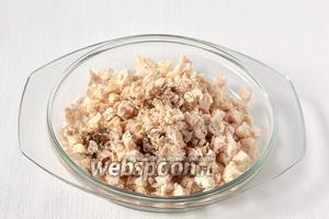 Для начинки филе отварить в подсоленной воде, мелко порезать, добавить соль, перец.