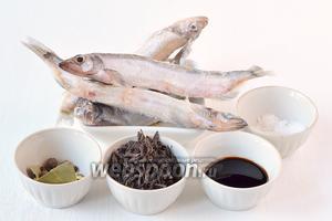 Для приготовления шпрот нам понадобится мойва, чай чёрный, соль, соевый соус, лавровый лист, перец чёрный и душистый, гвоздика, вода.