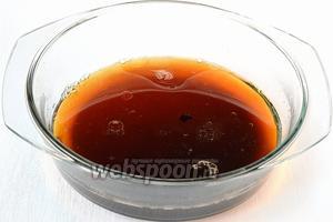 Соединить заварку, подсолнечное масло, соевый соус и соль.
