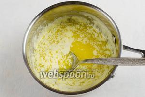Форму для выпечки смазать сливочным маслом. Духовку включить на 180°C. Растопить на медленном огне масло для теста. Остудить.