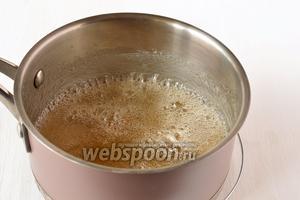 Сахарный сироп уварить до пробы на твёрдый шарик (капля сиропа, в холодной воде образует твёрдый шарик).