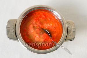 Пюре из перца выливаем в кастрюлю, добавляем масло и соль. Доводим до кипения и варим буквально пару минут.