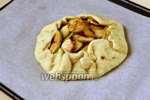 «Мешочек» с яблоками укладываем в центр застеленного бумагой для выпечки противня.