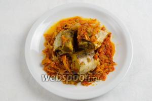 Рыбу подавать на подушке тушёных овощей к обеду.