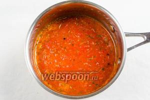 Приготовить соус: пюрировать помидоры и сладкий перец, перемешать. Добавить соль, сахар, вторую половину пряных трав. Вскипятить на медленном огне в течение 10 минут.