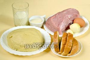 Для приготовления котлет в тесте нам понадобится заранее приготовленное  «холодным» способом дрожжевое тесто  (или любое другое), мясо, лук, чеснок, чёрствая булочка, манка, молоко, соль, перец, яйцо для смазывания.