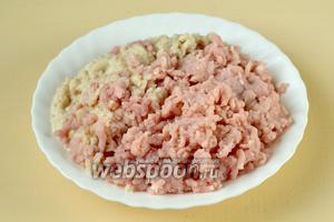 Прокручиваем через мясорубку мясо, отжатую булку, лук и чеснок.