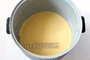 Вылить тесто в смазанную маслом чашу мультиварки (у меня мультиварка Polaris).