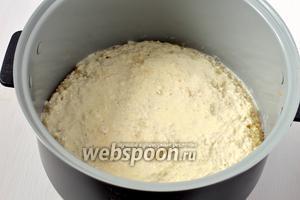 Горячий кухен залить сверху сливками. Закрыть крышку мультиварки и прогреть в режиме «Подогрев».
