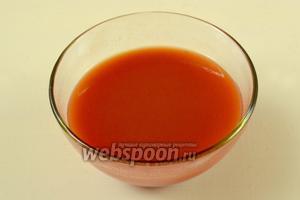 Кетчуп разводим водой до консистенции кефира, если потребуется, по вкусу добавляем по щепотке соли и сахара.