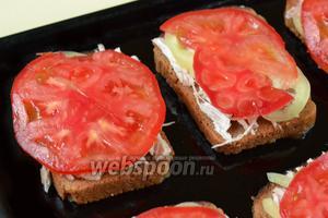 Накрываем тонко нарезанными пластинками помидоров.
