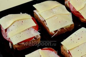 Сыр лучше нарезать с помощью сырорезки или шинковочной терки, чтобы получить тоненькие пластинки. Сыр положить верхним слоем.