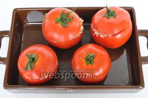 Ставим помидоры в мультиварку  на подставку для приготовления на пару. Наливаем на дно немного воды и включаем режим «пароварка» на 10 минут до расплавления сыра.
