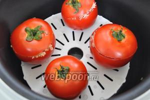Заполняем томаты начинкой. Присыпать немного тёртым пармезаном.