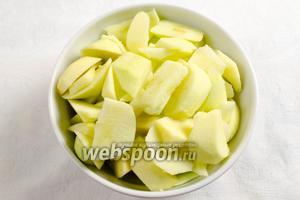Яблоки вымыть, просушить, нарезать дольками (лучше пюрировать), но яблоки этого сорта очень легко увариваются.