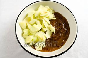 Соединить сливовое пюре с дольками яблок. Перемешать.