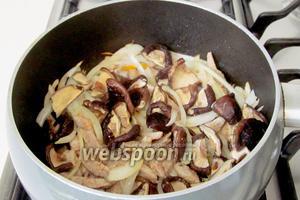 Далее добавить отваренные грибы. Слегка подсолить и всыпать сухой имбирь. Жарить 2 минуты.