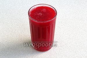 Ягоды красной смородины тщательно вымыть, пропустить через мясорубку и отжать сок. Должен получиться 1 стакан сока.