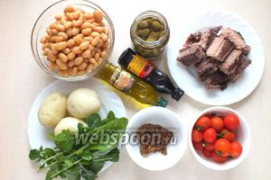 Подготовьте для салата следующие ингредиенты : консервированного тунца, белую консервированную фасоль, рукколу, отварной картофель, помидоры черри, маринованные каперсы, зернистую горчицу, оливковое масло, бальзамический уксус, соль и перец по вкусу.