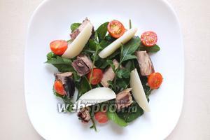 Разрежьте пополам помидорки черри, нарежьте картофель ломтиками. Добавьте овощи в тарелку.